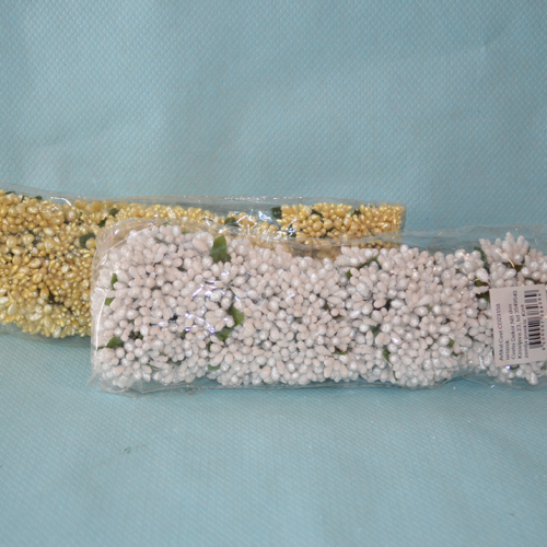 Cvet za dekoraciju u beloj i zlatnoj boji