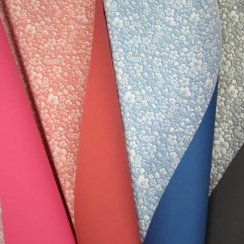 Ukrasni papir sa cvetićima u raznim bojama