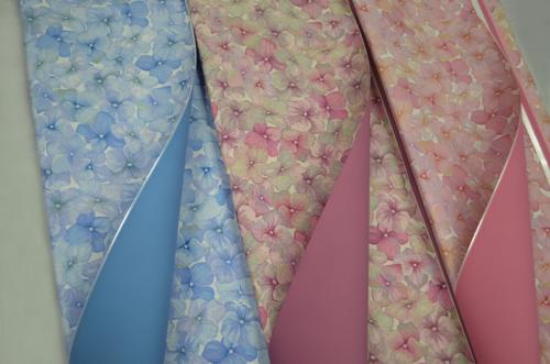 Ukrasni papir sa cvetovima u više boja