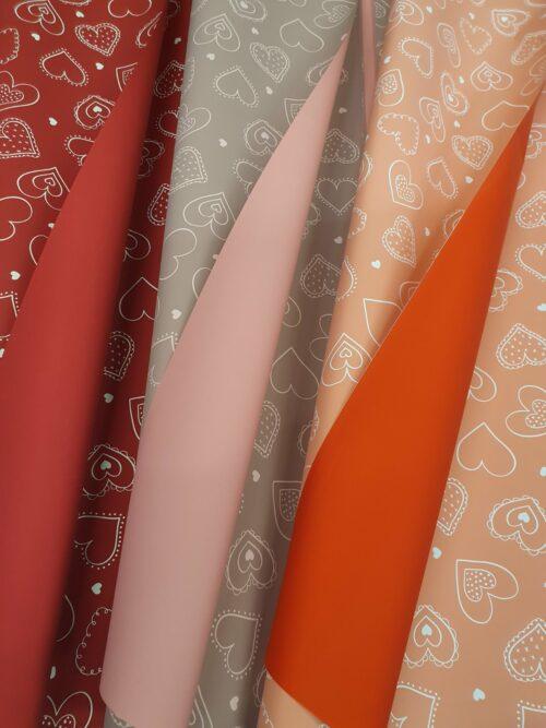 Ukrasni papir sa srcima u više boja
